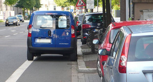 Falsch parkendes Fahrzeug auf dem Radfahrstreifen.
