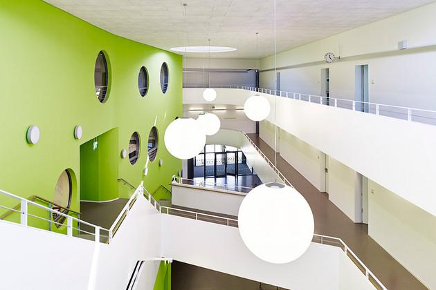 Beispiel für ein Passivhaus: Innenansicht mit Treppenhaus Erich-Kästner Schule in der Erfurter Straße in Leipzig-Gohlis