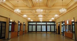 Großes Foyer mit Spiegeln an der Seite und Glasleuchtern an der Decke