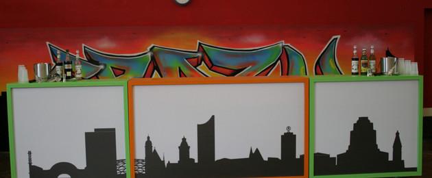 Aufklappbare Bar in drei Teilen mit der Skyline von Leipzig als Vordergrundbild