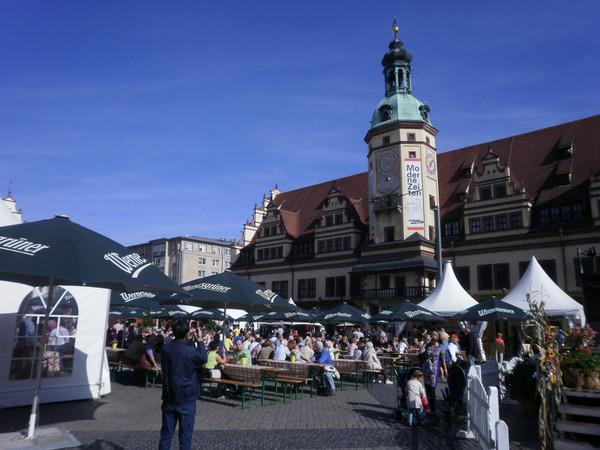 Marktplatz mit Biertischgarnituren zu den Leipziger Markttagen und im Hintergrund das Alte Rathaus