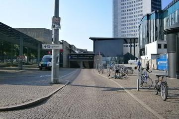Bild wird vergrößert: Pflasterstraße die zur Einfahrt des Parkhauses unter dem Augustusplatz führt. Im Hintergrund das City-Hochhaus