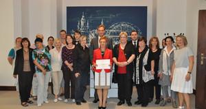 Verschiedene Personen bei der Unterzeichnung der EU Charta für Gleichstellung in Leipzig