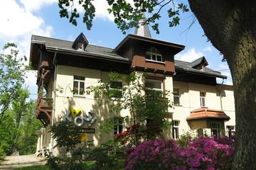 Bild wird vergrößert: Eine alte Villa im Grünen, mit Schriftzug KAOS! Kulturwerkstatt