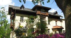 Eine alte Villa im Grünen, mit Schriftzug KAOS! Kulturwerkstatt