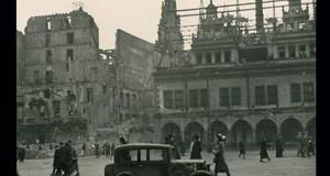 Eine Aufnahme des Leipziger Marktes mit zerstörtem Alten Rathaus und Nachbargebäuden
