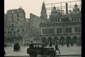 Bild wird vergrößert: Eine Aufnahme des Leipziger Marktes mit zerstörtem Alten Rathaus und Nachbargebäuden
