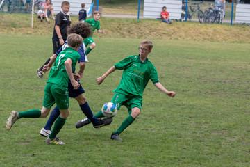 Bild wird vergrößert: Thomaner bei einem Fußballspiel in grünen Trikots. Zweikampf um den Ball.