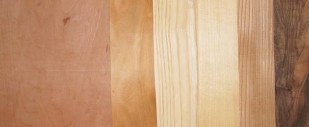 Nebeneinanderliegende Furnierholzplatten als vergleichende Übersicht der Holzarten.