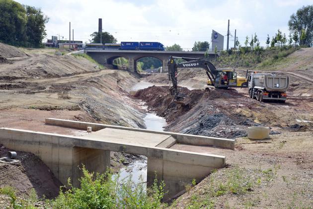Baustelle der Gewässerverbindung von Karl-Heine-Kanal zum Lindenauer Hafen mit Baufahrzeugen.