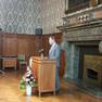 Der Oberbürgermeister steht hinter dem Rednerpult und spricht zum Publikum.