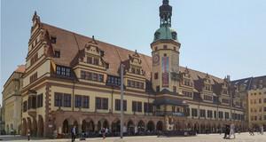 Das imposante Gebäude des Alten Rathauses auf dem Markt.