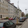 Sanierte Laubestraße mit Straßenbäumen und geordneten Parkflächen