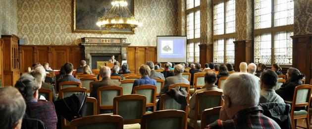 Blick von hinten mit Publikum im Ratsplenarsaal beim Vortrag von Dr. Beate Berger zum Tag der Stadtgeschichte 2017 im Ratsplenarsaal des Neuen Rathauses