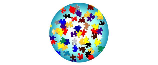 Eine hellblaue Weltkugel mit bunten Puzzleteilen