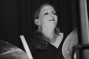 Bild wird vergrößert: Eva Klesse am Schlagzeug