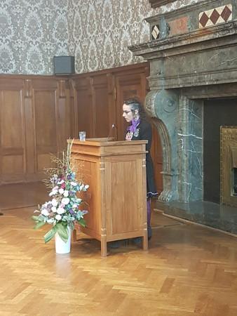 Die Preisträgerin des Louise-Otto-Peters-Preis 20018, Sookee, steht hinter dem Rednerpult im Ratsplenarsaal und hält eine Rede.