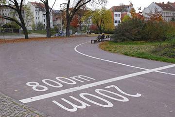 Bild wird vergrößert: Streckenmarkierung auf einem Weg im Park Rabet