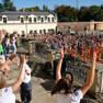Ein Flashmob tanzender Kinder hat sich auf dem Vorplatz des Schloss Schönefeld zusammengefunden.