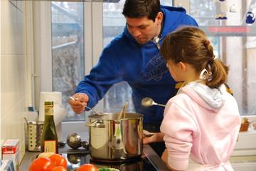 Bild wird vergrößert: Tim Mälzer kocht mit Schülern der Oeser-Grundschule in Leipzig