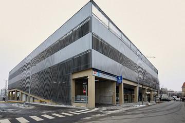 Bild wird vergrößert: Außenansichtansicht des Fernbusterminals Hauptbahnhof. Funktionales Gebäude mit metallener Außenverkleidung und einer Einfahrt zu einem Parkhaus.