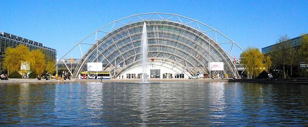 Wasserfläche vor der Glashalle der Neuen Messe