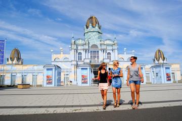 Bild wird vergrößert: Besucherinnen vor einem Gebäude des Freizeitparks Belantis