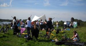Musiker und Publikum auf einer Wiese beim Rodelbergfest