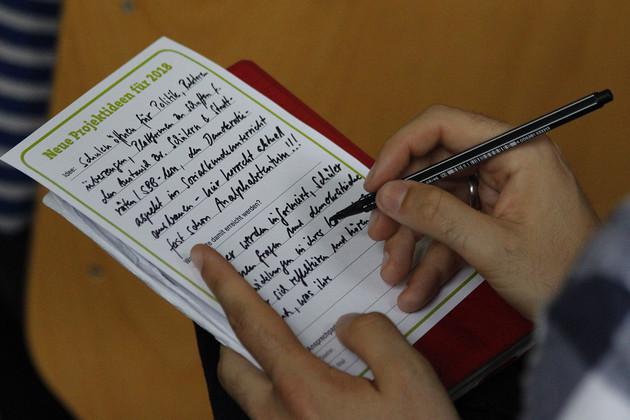Detailaufnahme eines Projektsteckbriefs zum Jahr der Demokratie, der gerade ausgefüllt wird.