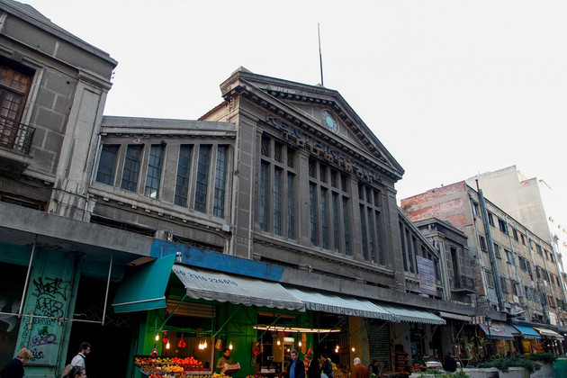 Eingangsbereich mit Marktständen der Modiano Markthalle in Thessaloniki.