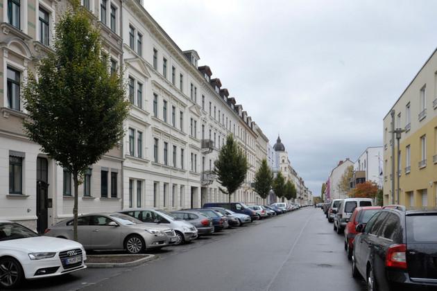 Brandvorwerkstraße mit Häusern und geparkten Autos