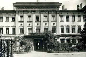 Bild wird vergrößert: historische schwarz-weiß Fotografie des Schumann-Hauses in der Inselstraße, Leipzig