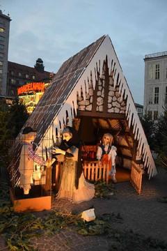 Bild wird vergrößert: Leipziger Weihnachtsmarkt , Märchenwald auf dem Augustusplatz, Ausschnitt mit Hänsel und Gretel