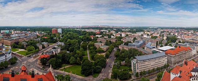 Luftaufnahme vom Neuen Rathaus aus mit Blick auf Parkanlagen und vielen Häusern.