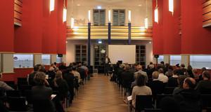 Blick in die Pfeilerhalle des Grassimuseums während einer Podiumsveranstaltung