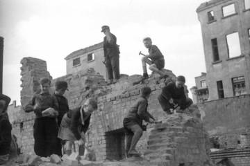 Bild wird vergrößert: Kinder beim Enttrümmerungseinsatz im April 1948 in Leipzig