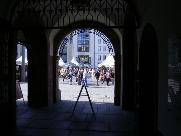 Blick durch die Rathausarkaden auf den Marktplatz zu den Leipziger Markttagen
