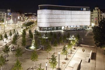 Bild wird vergrößert: Blick auf den beleuchteten Richard-Wagner-Platz.
