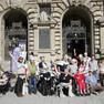 Gruppenfoto der Teilnehmer/-innen des theaterpädagogischen Projekts vor dem Haupteingang des Neues Rathauses.