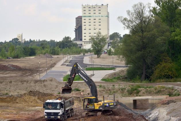 Baustelle am Lindenauer Hafen mit einem Bagger und LKW