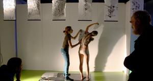 Zwei Menschen machen eine Performance auf der Bühne des LOFFTs