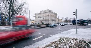 Viele Autos fahren über eine Kreuzung am Sportforum Leipzig. Es liegt ein wenig Schnee.