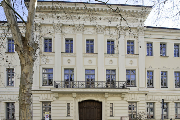 Blick auf die reich verzierte Außenfassade des Schumann Hauses