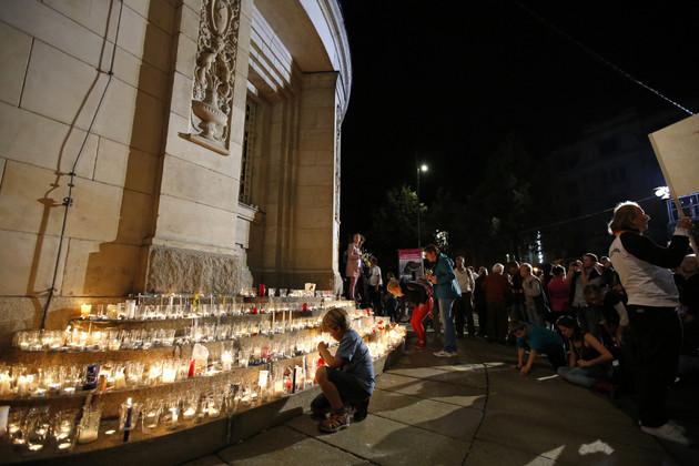 """Auf den Stufen der """"Runden Ecke"""", der ehemaligen Bezirksverwaltung der Stasi, haben Besucher des Lichtfestes brennende Kerzen abgestellt."""