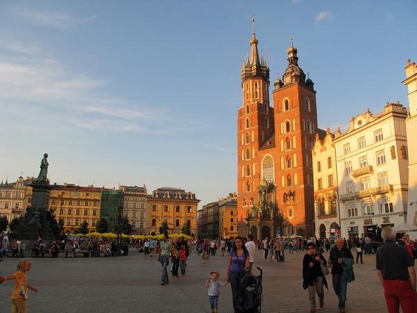 Blick vom Hauptmarkt auf die zwei unterschiedlich hohen Kirchtürme der Marienkirche in Krakau