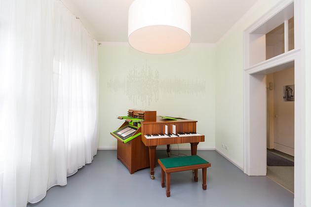 Blick ins Arbeitszimmer des Schumann Hauses mit Tasteninstrument