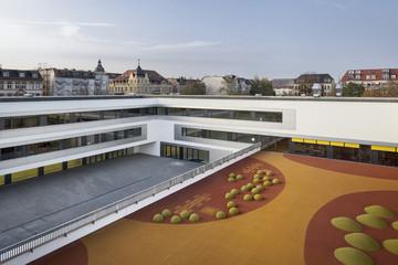 Bild wird vergrößert: 3. Grundschule Gebäudeansicht mit Hof und Spielfläche