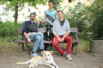 Bild wird vergrößert: Gruppenbild der Streetworker mit zwei Hunden