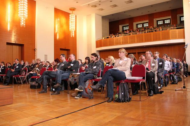 Zahlreiche Zuhörer im Festsaal des neuen Rathauses.