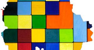 Dargestellt ist der Grundriss von Leipzig. In ihm befinden sich quadrate in verschiedenen Farben, die die interkulturelle Vielfalt in Leipzig widerspiegeln sollen.